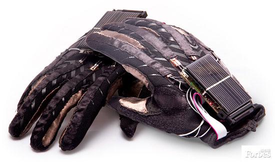这双手套使用多个传感器可以改变聋哑人与周边世界沟通交流的方式