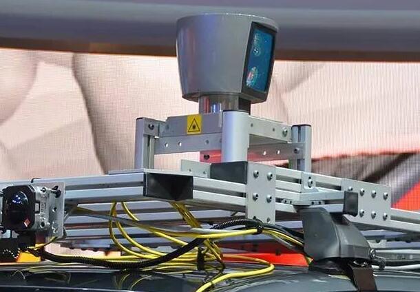 Velodyne HDL-64 Lidar镶嵌在自动驾驶汽车上
