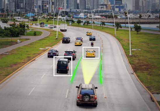 具有先进自动驾驶功能的汽车在公路上行驶