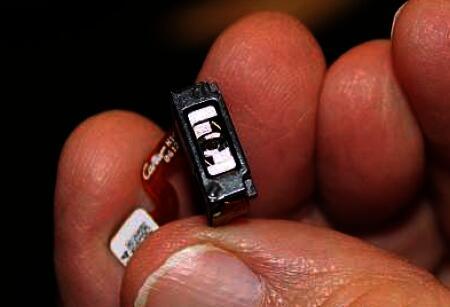 我手里捏着的就是单个微型MEMS扫描镜组件