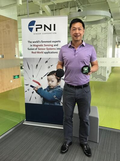 George Hsu先生展示PlacePod™车位检测模块