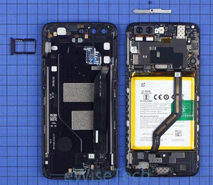 一加5智能手机后盖通过底部两颗六角螺丝和卡扣与内支撑固定