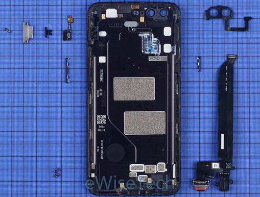 一加5智能手机后盖上除了耳机和USB接口软板,还集成了NFC天线、电源/音量侧键和三段式按键