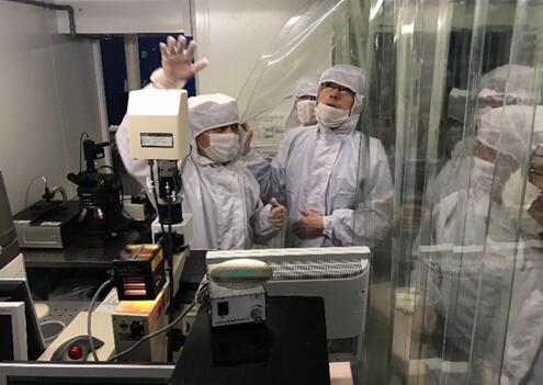 戈肖鸿高级工程师带领学员参观MEMS加工服务平台