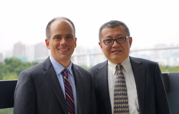 KLA-Tencor客户互动副总Mark Shirey(左)和KLA-Tencor中国区总裁张智安(右)