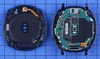 Gear Sport智能运动手表内部部件高度模块化,底壳内侧贴有无线充电感应线圈
