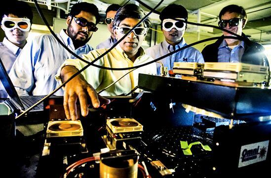 研究人员演示这款化学传感器原型