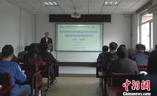 在三尺讲台上,薛晨阳培养的数十名硕士,博士生,以及多名青年教师,在国际期刊上发表了近140篇论文
