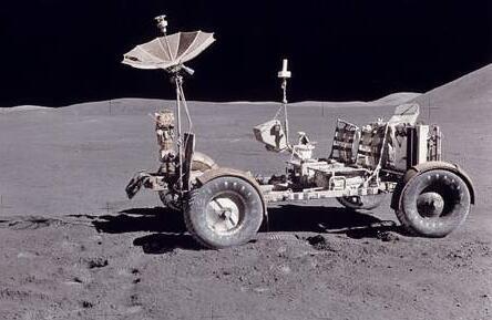 """""""阿波罗15号""""登月船登陆月球表面"""