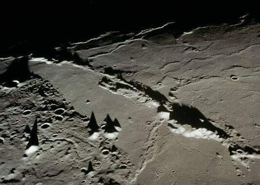 """""""阿波罗15号""""从月亮轨道上拍摄的月球表面"""