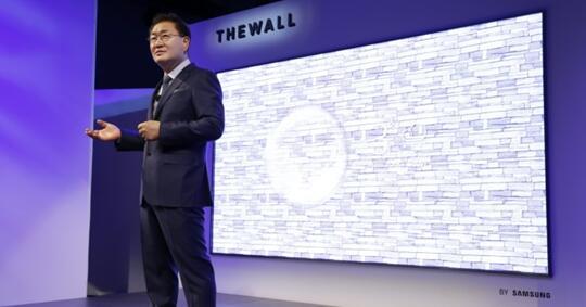 "Samsung在2018 CES上展示的146英寸microLED电视——""The Wall"""