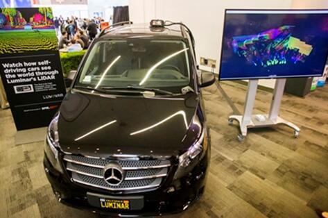 装配在奔驰测试汽车顶部的Luminar LiDAR传感器