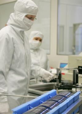 操作员正在对硅片进行检验,以确保符合客户的质量和性能规范