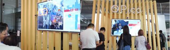 CES Asia 2018上,观众进行Pico Zense面部识别技术的体验
