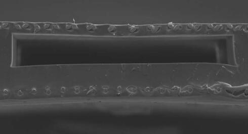 该图片展示了双面单氧合器单元的电子显微镜扫描图像