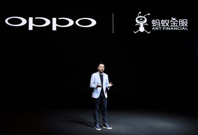 OPPO产品经理李胜在Find X发布会介绍与蚂蚁金服的合作