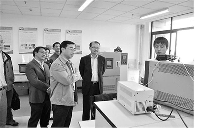 南京理工大学光电成像与信息处理团队负责人陈钱教授在给嘉宾讲解红外成像原理和成像效果
