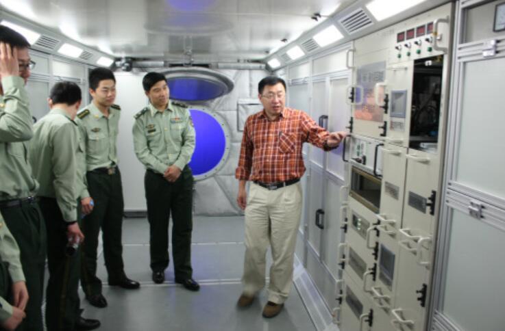 邓玉林给学生讲解模拟太空舱