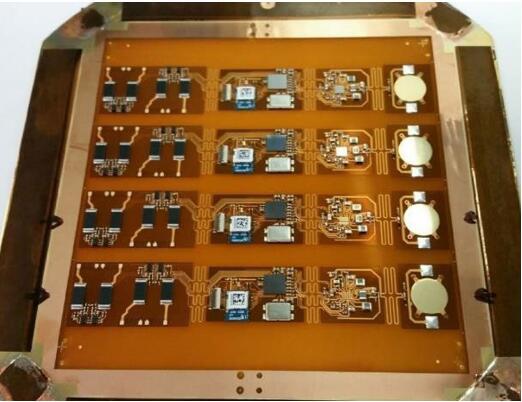 四个等待组装的无线EKG心电图传感器