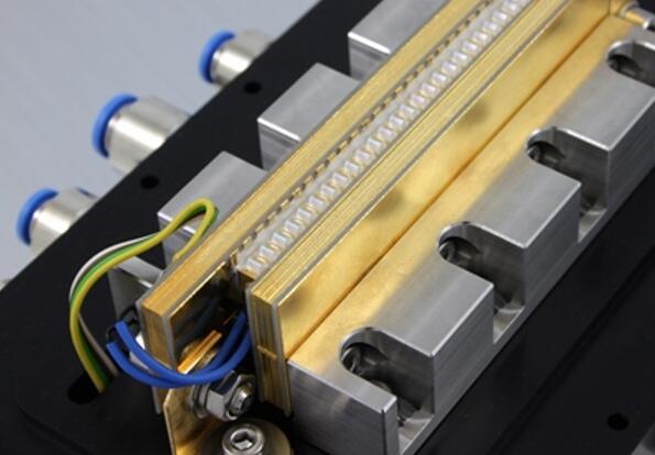 德国FBH团队打造的带透镜的二极管激光器叠阵