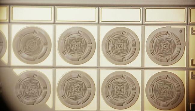 Audio Pixels的MEMS扬声器芯片局部显微特写