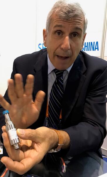 Steve Petrucelli博士展示高纯度钢材压力传感器
