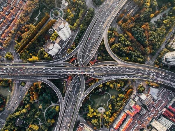 智能交通系统可以确保交通更高效、更安全