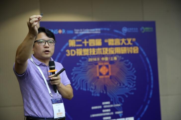 艾芯智能董事长兼总经理方利红先生展示AXON M2 ToF深度摄像头