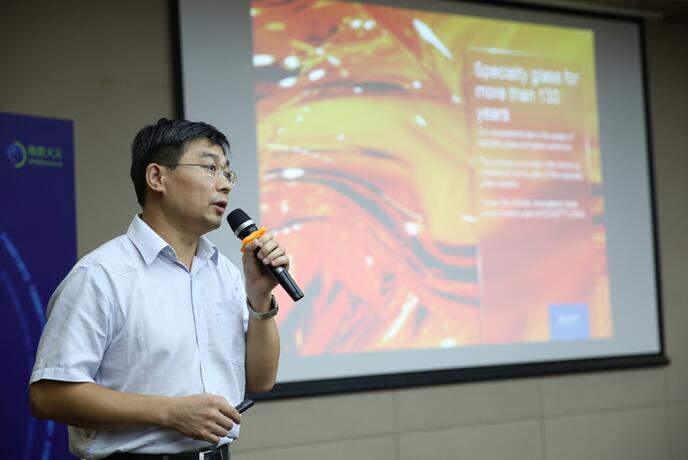 肖特集团业务开发高级经理张广军先生发表题为《应用于3D成像和传感领域的特种超薄玻璃》的演讲
