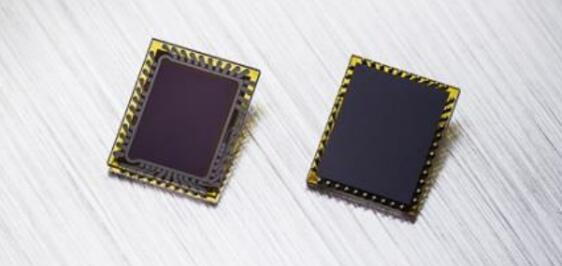 Melexis的第二代ToF传感器MLX75024(左:芯片正面,右:芯片背面)