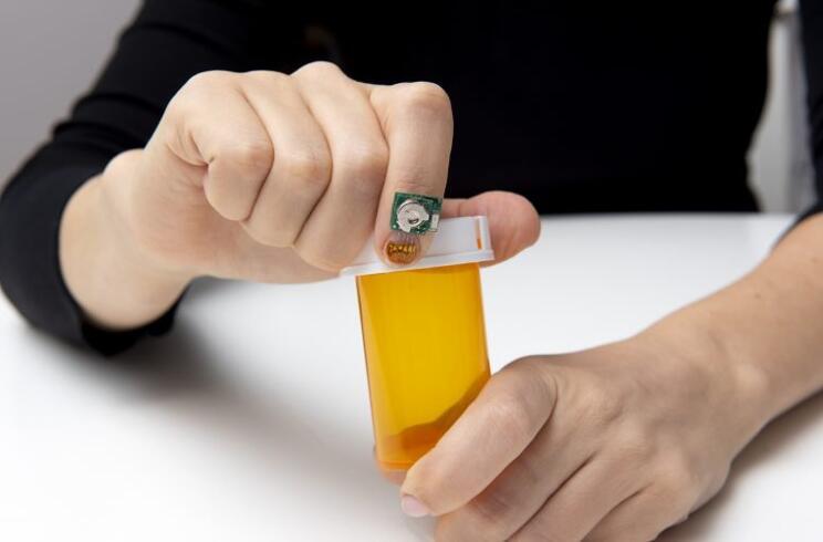 指甲上的传感器可以检测手指活动