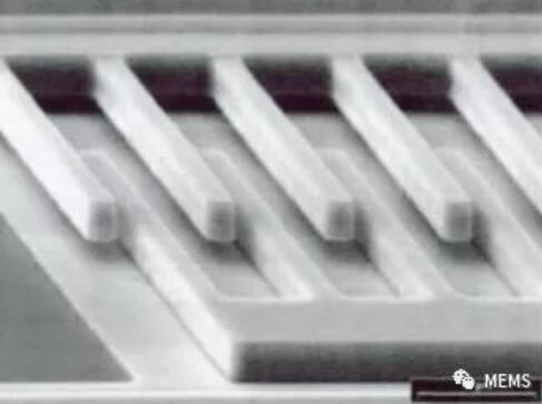 梳齿驱动器的粘附失效SEM图