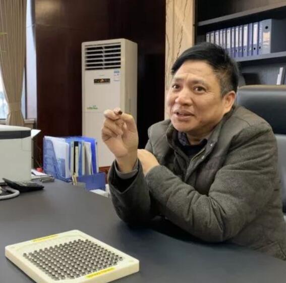 王国秋向记者介绍压敏传感芯片