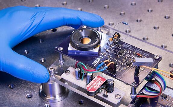 在这款智能反射镜原型中,激光从黑色塑料环中间的布拉格反射镜硅板的高反射表面被反射