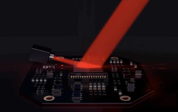 上图显示将激光照射到Lumotive的液晶超表面(LCM)芯片,通过芯片上的电信号编程,可以将反射光引导到120度视场内的任何方向