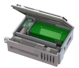 该装置内的绿色电路板控制血泵、肝素注射器和显示数据