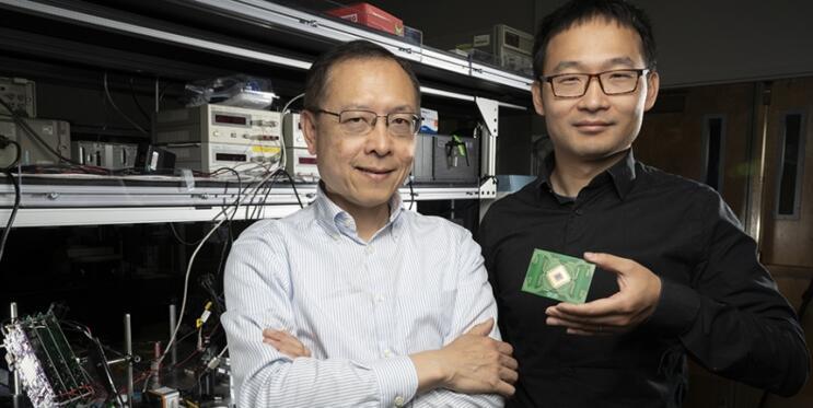 伯克利电子工程与计算机科学教授Ming Wu及其科研团队王佑民博士(手持二维光学相控阵)