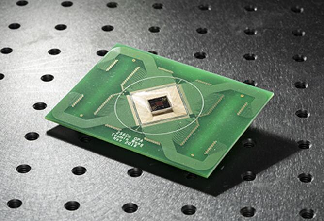 伯克利研究人员开发的硅基MEMS可编程二维光学相控阵