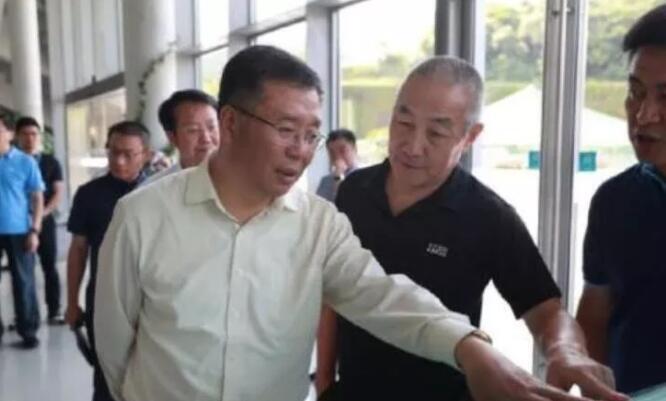 李保芳(左)在汪建(右)的陪同下参观深圳国家基因库