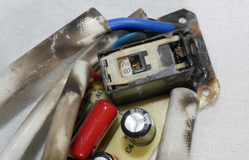 Cuisinart茶壶内烧毁的继电器。拆下顶部,发现内部损坏程度很严重。非密封型继电器在潮湿环境中使用存在隐患。