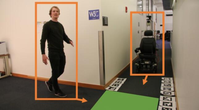 在之前的测试中,安装有ShadowCam系统的自动运行轮椅通过检测拐角处人员投射在绿色区域上的倒影,来判断是否有行人走近。
