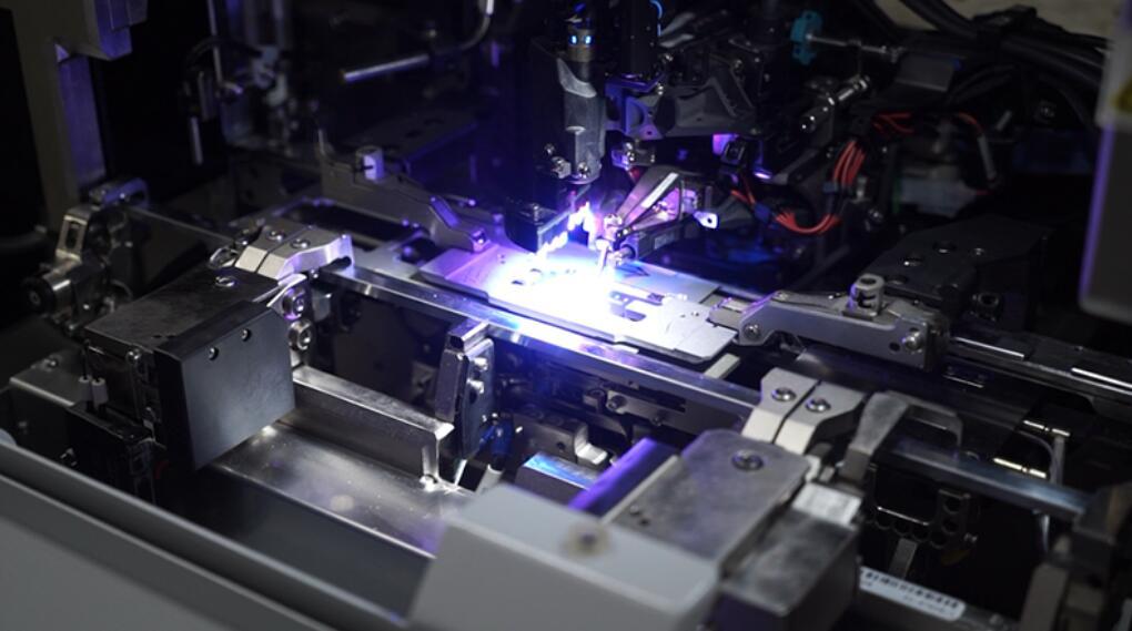 激光雷达生产线上的自动化高精度设备
