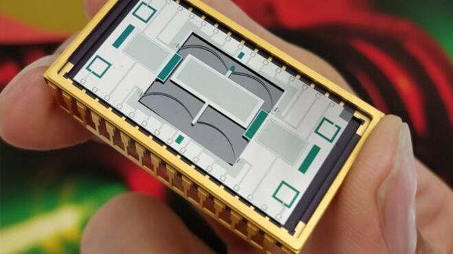 英国格拉斯哥大学引力研究所的研究人员利用微米和纳米技术在硅晶圆上制造了一款微型量子重力仪