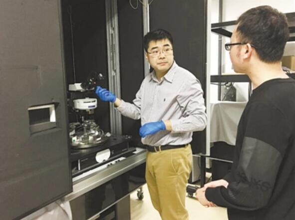 王肖沐(左)为学生讲解实验原理