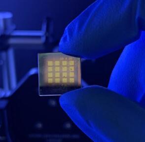 将量子点涂覆到沉积了金触点的透明衬底上,可用于中红外探测