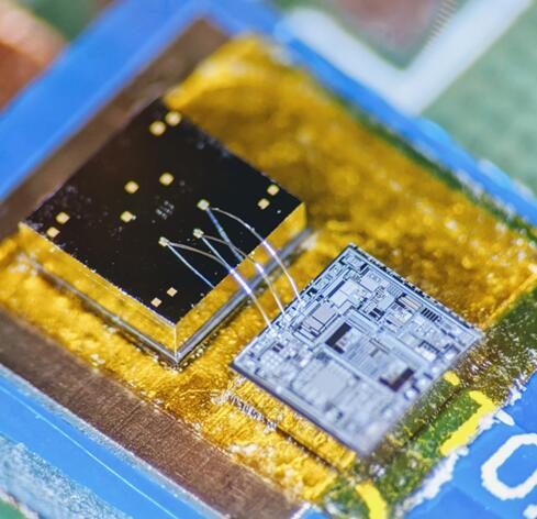 该MEMS传感器芯片可以很好地感测振动情况,在它旁边是被称为信号调理电路的ASIC芯片