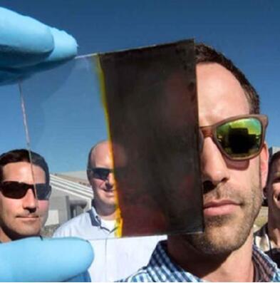 能够在日光下变暗同时提供电能的智能玻璃