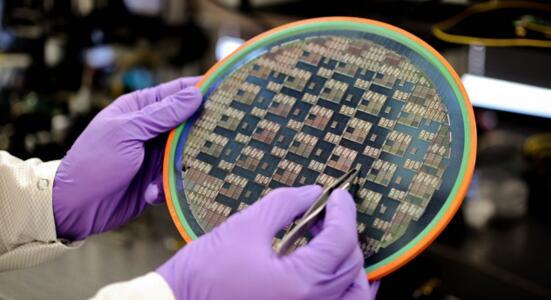 图示晶圆中芯片是OURS的硅光子芯片