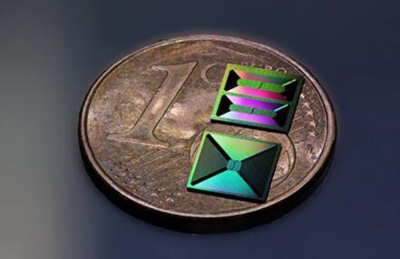 在氮化硅衬底上制作的光子集成电路中有一米长的螺旋波导结构