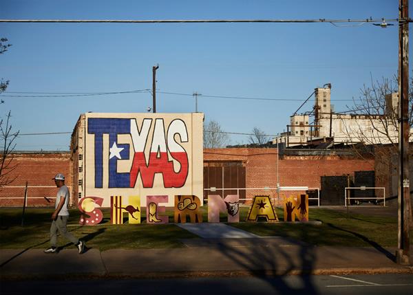 苹果先进制造基金帮助美国德克萨斯州谢尔曼的一座70万平方英尺建筑改造成高科技VCSEL制造工厂。